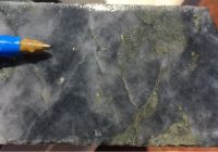 Bohrkern mit sichtbarem Gold; Foto: De Grey Mining