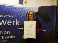 Karin Ellmer, Leiterin der Designwerkstatt, nahm das Qualitätsprädikat vom BVIZ entgegen.