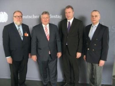 v. l. n. r.: Manfred Kehr (ZBI; VDEI), Martin Burkert (MdB), Heinz Leymann (ZBI, IfKom), Andreas Hofert (IfKom)