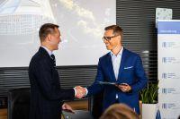 M-Files CEO Miika Mäkitalo (links) und EIB-Vizepräsident Alexander Stubb (rechts) beim Abschluss der Finanzierungsvereinbarung