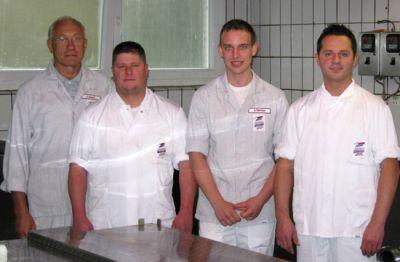 Erfolgreicher Unternehmensverkauf: Verkäufer Stephan Reinhold (3. von links) und der Käufer Miroslav Tomic (4. von links)