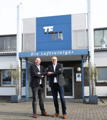 Zwei, die sich gut verstehen: TEKA-Geschäftsführer Erwin Telöken (r.) und sein Sohn Simon Telöken.