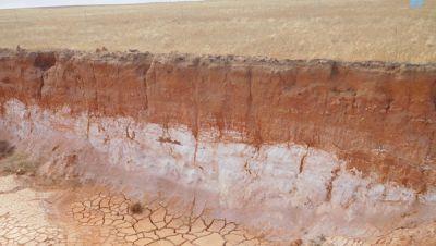 Kaolin-Horizont in einem Graben auf dem Cadoux-Projekt; Foto: FYI Resources