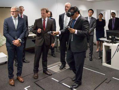 Singapurs Minister für Handel und Industrie, Herr S Iswaran, in der Virtuellen Realität. (Nutzungsrechte: Fraunhofer IGD)