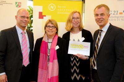 Links Marita Bestvater und rechts Uschi Abbenhaus mit dem Zertifikat des Rats für Nachhaltige Entwicklung der Bundesregierung