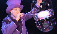 Für Unterhaltung auf Weihnachtsfeier der Firma sorgte Künstler Blub mit seiner Seifenblasenshow