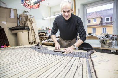 Kürschnermeister Wolfgang Lastner bearbeitet in seiner Werkstatt in Fürstenfeldbruck ein Innenfutter mit einem Abzweckkamm