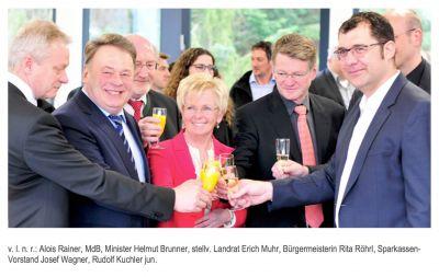 Prosit unter Festrednern bei der Einweihung der neuen KUTERO-Firmenzentrale in Teisnach/Landkreis Regen.
