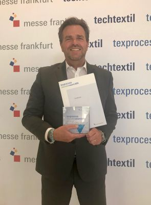 Holger Max-Lang, Geschäftsführer Lectra Deutschland, nimmt den Texprocess Innovation Award 2019 entgegen.
