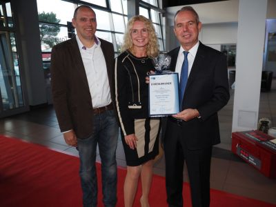 Glückwünsche von der Präsidentin der IHK Potsdam, Beate Fernengel, an Unternehmer Andreas Bohl (re.i.B.). Foto: Ines Weitermann