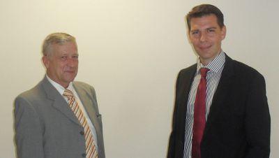 axanta AG vermittelt Luftfahrtdienstleister D.A.L.: Der Verkäufer Hartmut Gonschorek (links) und der Käufer Thomas Wächter (rechts