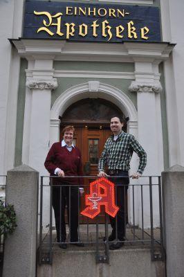 Erfolgreiche Nachfolgeregelung: Die Verkäuferin Dr. Dagmar Ludewig-Sandig und der Nachfolger Dr. Philipp Hohnstein P