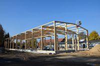Der Richtkranz für die neue Produktionshalle ist gesetzt. Foto: Ines Weitermann/ Presse & Marketing