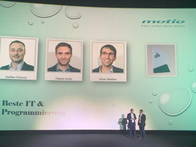 """Steffen Pietsch von PROFESSION FIT nimmt die Auszeichnung für """"Beste Programmierung & IT"""" entgegen."""