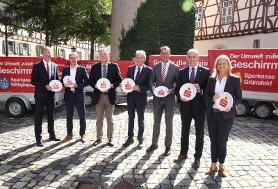 die Vorstände der Sparkasse Tauberfranken mit den Bürgermeistern.