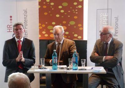 v.l.: Prof. Dr. Reinhold Schnabel, Konrad Handschuch (Moderation) und Peter Preuß bei der PEAG Personaldebatte zum Frühstück