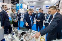 Universitätsrektor Andrei Rudskoi (mittig) bei einem Besuch von russischen Unternehmen auf einer Messe. Bild: SPbPU