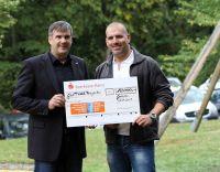 glatthaar-Geschäftsführer Michael Gruben (links) übergibt die Spende an Kai Leimig vom Förderverein. Foto: glatthaar-fertigkeller
