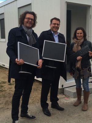 WEKA-Geschäftsführer Stephan Behrens und Michael Bruns übergeben Spenden für Flüchtlinge in Kissing an Magdalena Weiß