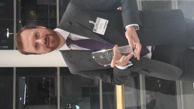 CFO Frank Freud nimmt den Preis entgegen