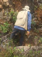 Geologe bei der Erzuntersuchung auf Bongara